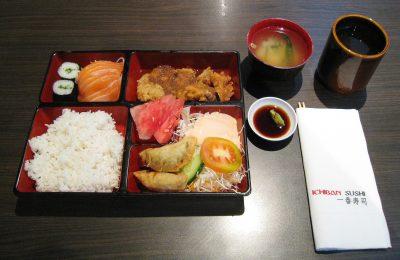 Un esempio di Bentō composto da riso, salmone, pollo e verdure