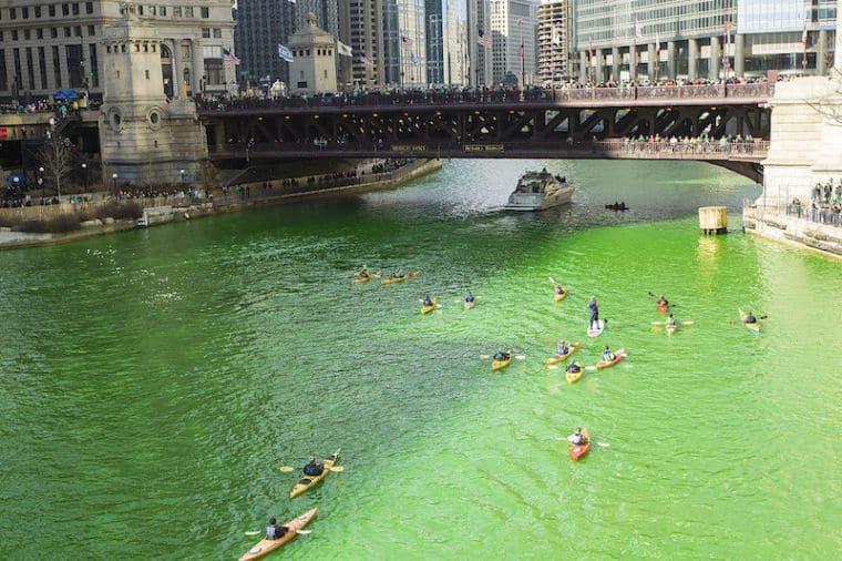 Le acque del Chicago River tinte di verde!