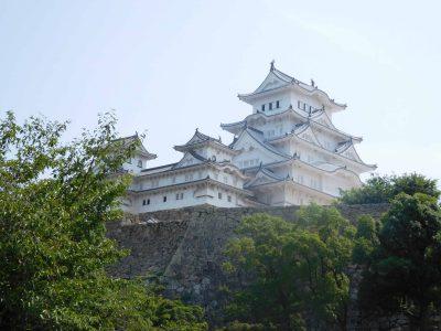 Un samurai al cospetto del castello di Himeji