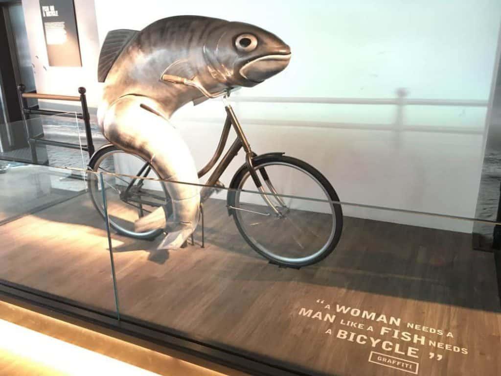 Pubblicita famose della Guinness un pesce su una bicicletta