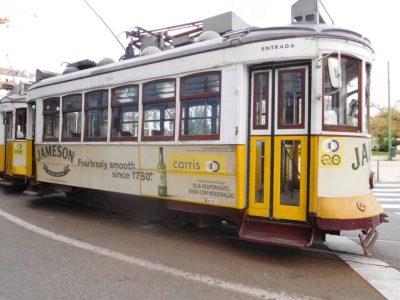 Su e giù per le strade di Lisbona sul tram 28!