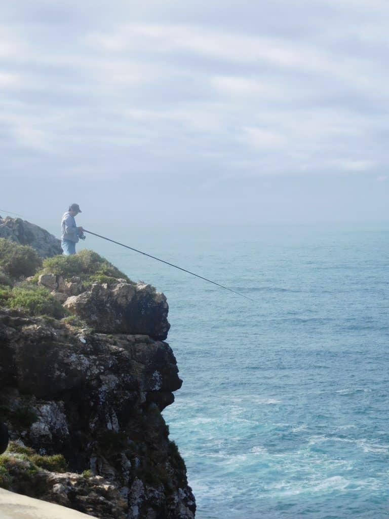 Pescatori sulle scogliere rocciose dell'Algarve