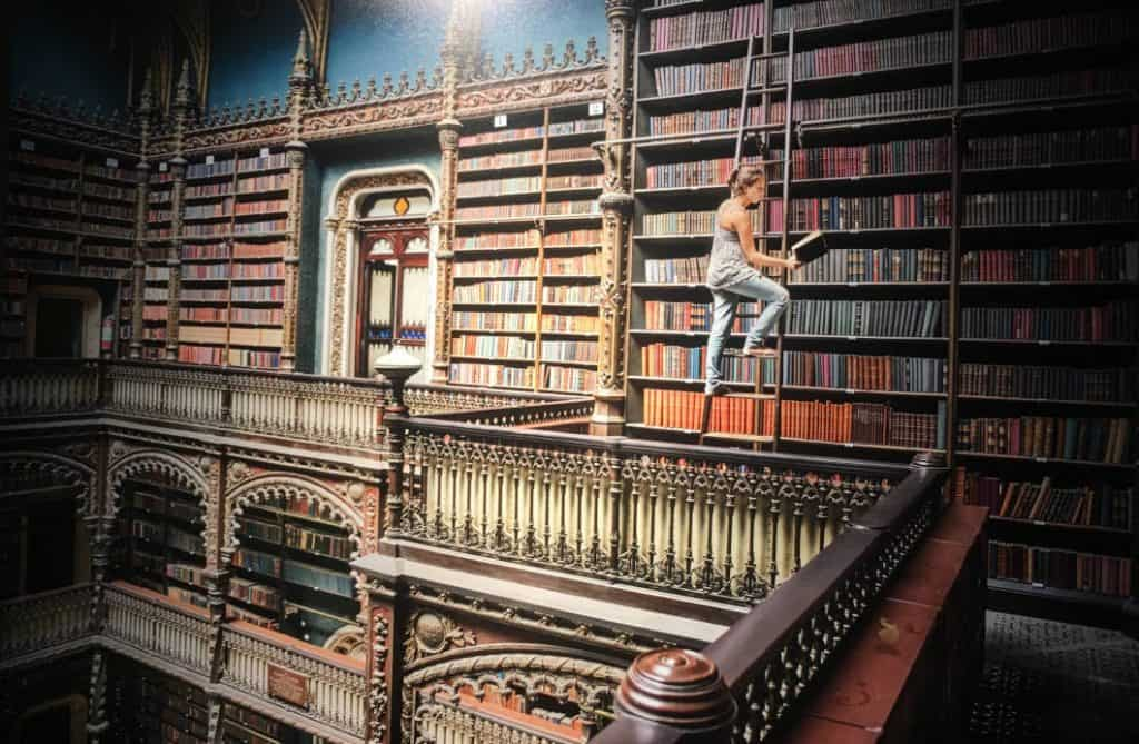 Ragazza in una biblioteca di Steve McCurry