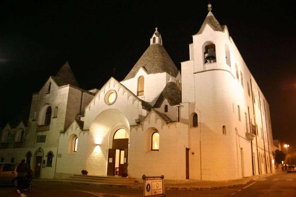 chiesa alberobello di notte